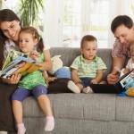 bambini e genitori leggono e giocano in inglese